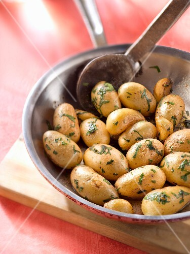 Pan-fried Grenaille potatoes with garlic and parsley