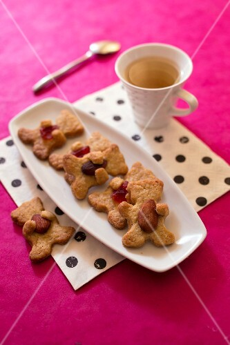 Mürbteig-Teddybären mit Mandeln und kandierten Früchten