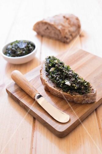 Tartare seaweed on sliced bread