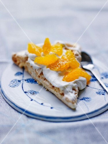 Meringue with whipped cream and clementines