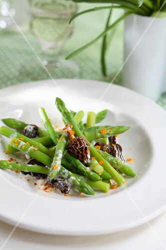 Green asparagus in creamy sauce with morels and finely chopped orange rinds