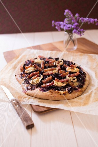 Red cabbage,goat's cheese and bacon pizza