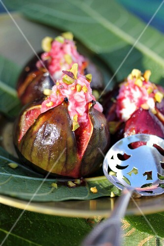 Roasted figs with Eastern-flavored mascarpone cream