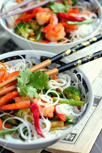 Asian noodles with vegetables and shrimps