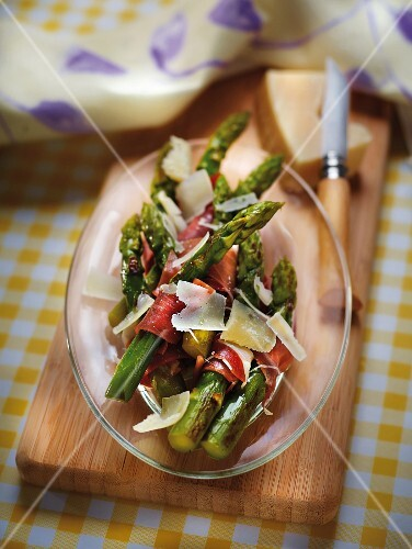 Grilled asparagus with parmesan and raw ham