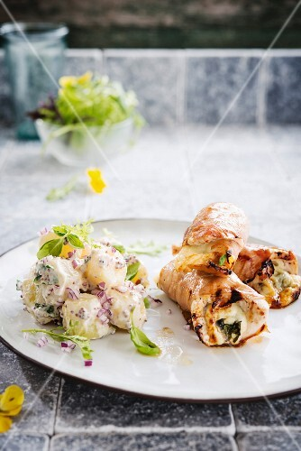 Turkey roll with Parma ham, potatoes with mustard sauce and red onions