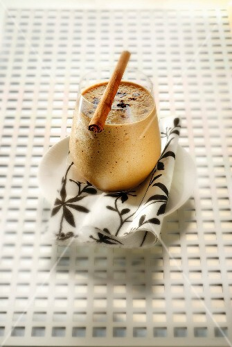 Cinnamon and coffee-flavored apple and pear smoothie