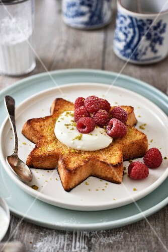 Star-shaped Pandoro toast with cream and raspberries