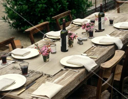 rustikal gedeckter tisch mit rotwein im freien bild kaufen 638905 stockfood. Black Bedroom Furniture Sets. Home Design Ideas