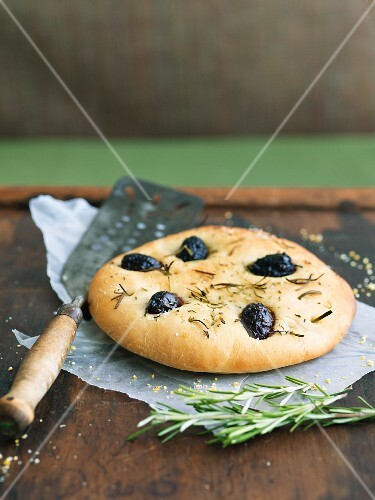 Focaccia olive e rosmarino (rosemary and olive focaccia)