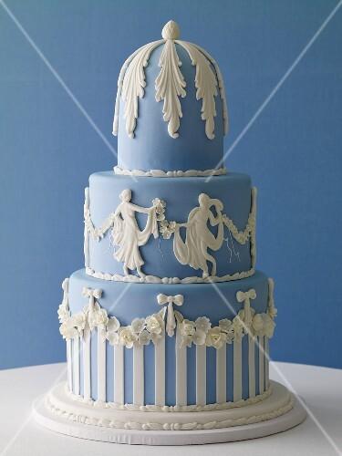Dreistöckige blau-weisse Hochzeitstorte – StockFood